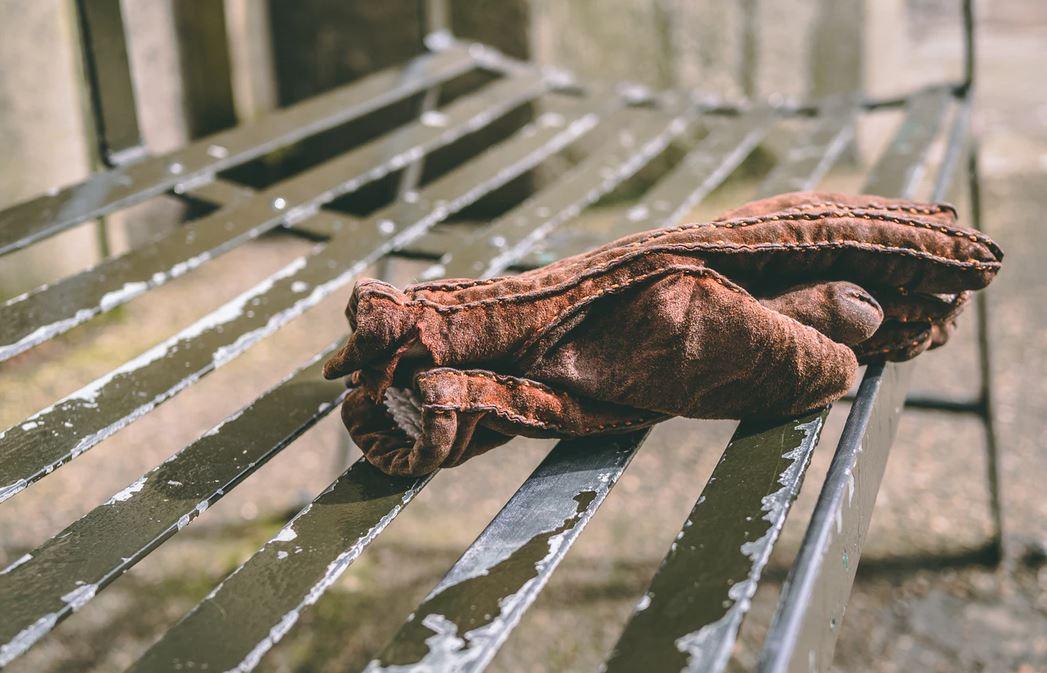 gants masculins en cuir marron sur un banc