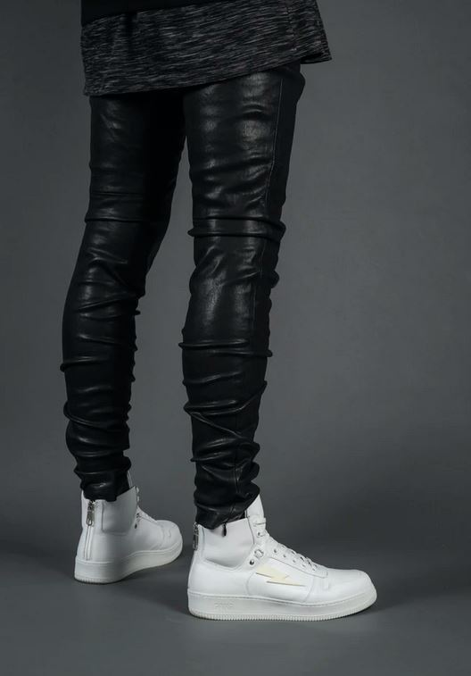 homme avec un pantalon en cuir noir