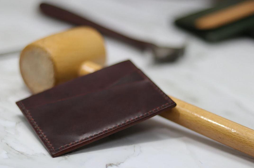 portecarte en cuir artisanal